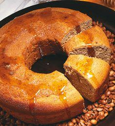 TORTA DE MIEL 4 huevos  1 taza de azúcar  1 taza de miel  1/2 taza de aceite  1 taza de café fuerte  4 tazas de harina  4 cucharaditas de Polvo Royal para Hornear