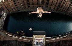 An epic dive. Image via mymodernmet.com