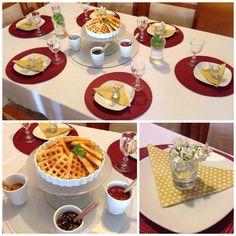 Mesa posta com waffle e um mimo: florzinhas em copos de licor