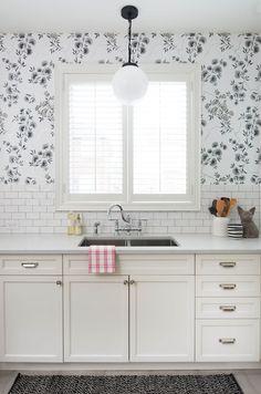 Shutters in the kitchen New Kitchen, Kitchen Decor, Kitchen White, Stylish Kitchen, Awesome Kitchen, Beautiful Kitchen, House Beautiful, Kitchen Ideas, Decor Inspiration