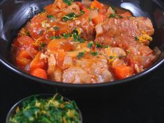 Veal osso bucco – preparation: 20 minutes Cooking time: 45 minutes Ingredients (for 4 people): – 4 slices of veal shank about 200 g each – 10 cl of oil – 3 cloves of garlic – 1 box 400 g of crushed tomatoes – 200 g of carrots – 100 g of onions (about … Veal Recipes, Cooking Recipes, Veal Osso Bucco, Carne, Lunch Recipes, Healthy Recipes, Jamie Oliver, Italian Recipes, Bouquet Garni