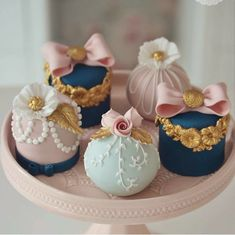 'i love tiny cakes! Pretty Cakes, Beautiful Cakes, Amazing Cakes, Fancy Cakes, Mini Cakes, Cupcake Cakes, Cake Pops, Gateau Baby Shower, Little Cakes