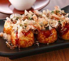 Oggi abbandoniamo il sushi, almeno per una volta, e vi parliamo di una ricetta tradizionale, che si prepara in tutte le case del Giappone e che è, senza dubbio, una delle preferite della nostra redazione. Vediamo insieme infatti come si prepara il Takoyaki, una ricetta a base di polpette ripiene di polpo che è un ...