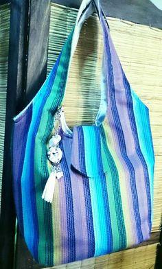 Bolso de tela, con bolsillo grande interno, manija integrada