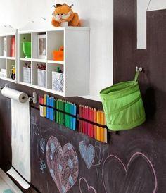 Estação de desenho e parede de lousa no quarto das crianças. Quer mais dicas? clica no link! <3