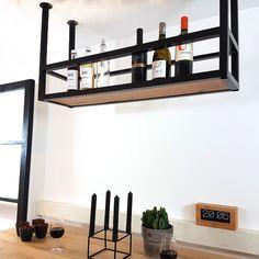 Hoe vinden jullie dit nieuwe stalen bar rek (flessenrek) voor boven een bartafel of boven je kookeiland? Gemaakt van zwart staal met een eiken plank. Afmeting: 100x26x60 (breedte x diepte x hoogte). Zwart gepoedercoat. Prijs € 239,00.