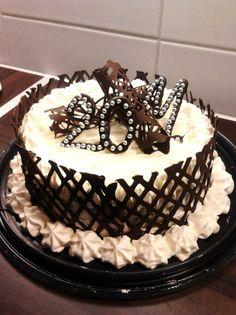 Suklaa-Kirsikka kakku 20 vuotiaalle - Kakkupohjaksi leivottu suklaakakkupohjaPohja kostutettiin kirsikka oluella KriekilläTäytteenä kirsikkahilloa ja vanilja-ranskankerma- kermaa