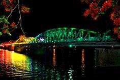 Le pont de Truong Tien, enjemble la rivière des Parfums au coeur de la ville Hue, est composé de 6 arches en acier de 67m ce qui en fait un pont de 403m de longuer et 6m de largeur.
