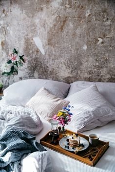 To zen breakfast birthday, our food stories: breakfast in bed with our new comfortable muun mattress & delicious and fluffy glutenfree pancakes Decoration Inspiration, Decoration Design, Pause Café, Sweet Home, Ideas Para Organizar, Breakfast In Bed, Humble Abode, My New Room, Cozy House