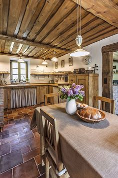 Imagine the kitchen of your dreams. Is it relaxed and comfortable like in a country kitchen, or sleek and streamlined … English Country Kitchens, English Country Decor, French Kitchens, Country Style, French Country, Beautiful Kitchen Designs, Beautiful Kitchens, Brown Kitchens, Home Kitchens
