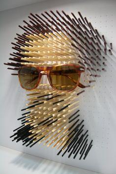 andrea: me parece un escaparate muy original donde simulan una cabeza con palos de colores y exponen las gafas dadndole protagonismo