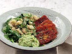 Kryddstekt halloumi med avokadoröra och quinoa   Recept från Köket.se