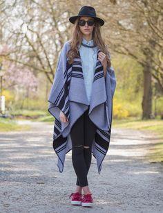 Ein echter Hingucker: In legerer Kombination mit Jeans und schlichter Bluse verbreitet der Poncho auch bei unbeständigem Wetter ein angenehmes Gefühl.  #zeitzeichen #outfit #poncho #trend #mode #fashion #online #shopping #superga #itpiece #styling #model #würzburg #womenstyle #style #hut #sunglasses #shop