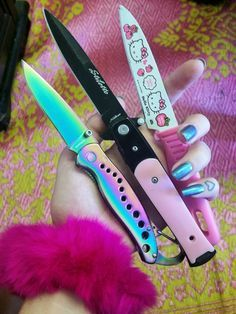 knife, pink, and hello kitty Bild Pretty Knives, Cool Knives, Knives And Swords, Knife Aesthetic, Fille Gangsta, Armas Ninja, Pastel Grunge, Pastel Punk, Soft Grunge