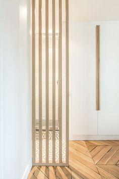 http://www.cotemaison.fr/avant-apres/appartement-paris-9-renovation-d-un-71-m2-haussmanien. Panneau en bois - délimitation de l'entrée