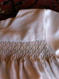 robe de baptême smockée en drap ancien