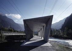 Pasarela biónica (2) El Puente Alfenz, en Austria, cruza el río Ill y su diseño conciso a base de triángulos abre huecos desde los que paseantes y ciclistas contemplan la naturaleza. MARC LINS/MARTE MARTE ARCHITECTS