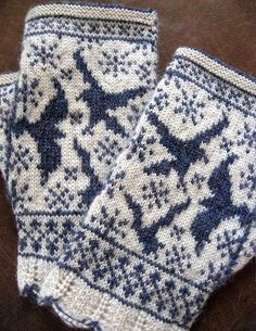 Ravens in Snow Fingerless Mitts by Stephannie Tallent, pattern available on Ravelry. Fair Isle Knitting, Loom Knitting, Hand Knitting, Knitting Patterns, Knitting Ideas, Crochet Mittens, Mittens Pattern, Knit Crochet, Wrist Warmers