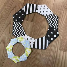 低コストで楽しめる折り紙を使った折り紙リース♪ 今回は折り紙リースの土台の作り方をご紹介いたします! Origami, Chinese Crafts, Diy And Crafts, Paper Crafts, Mid Autumn Festival, Symbols, Halloween, Mandalas, Paper