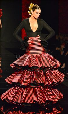 Flamenco dress by Vicky Martin Berrocal. A contemporary interpretation of traditional flamenca fashion. Estilo Fashion, Fashion Mode, Couture Fashion, Fashion Beauty, Fashion Show, Spanish Dress, Spanish Dancer, Spanish Style, Flamenco Costume
