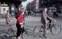 Radfahrer in der Karlstraße (heute Reinhardtstraße), Ecke Friedrichstraße. Rechts geht es zur Weidendammer Brücke. In Fahrrichtung der beiden Radfahrer steht heute der Friedrichstadt-Palast. Foto: Sutton-Verlag