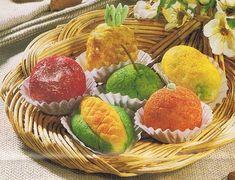 Ingredientes:   300 grs de miolo de amêndoa pelado;  200 grs de açúcar;  150 grs de fios de ovos;  corantes amarelo, verde e vermelho q.b....