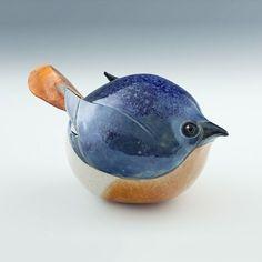 """Af en toe kom ik op internet iets tegen waarvan ik denk """"wauw, dat is mooi"""". Zo ook met deze vogeltjes van keramiek. Het vogeltje met de blauwe rug..."""