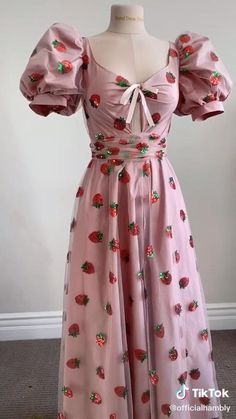 Sewing Clothes Women, Diy Clothing, Teen Fashion Outfits, Cute Fashion, Diy Fashion Hacks, Strawberry Dress, Jugend Mode Outfits, Vestidos Vintage, How To Make Clothes