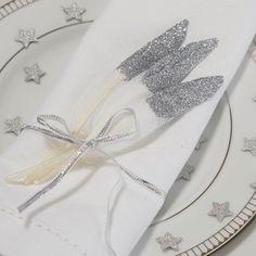 Diese Deko zur Silberhochzeit hat des besonderen Glitzereffekt und sieht sehr edel aus. Lasst euch in unserer Bildergalerie inspirieren!