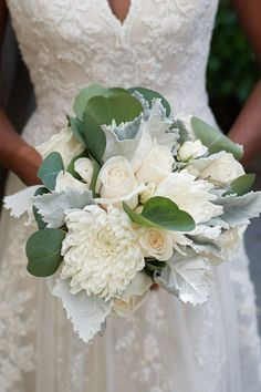 #stylemepretty #weddingbouquet #classicbouquet #whitebouquet #classicwedding #prettybouquet