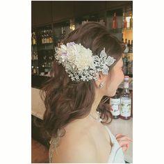 さらっと巻きおろして 後ろに流す、がんばりすぎないスタイルも個人的にすきです #ヘアアクセサリー はビジュー×お花 #大人#ナチュラル に #ブライダル#wedding#weddinghair#ウエディング#ウエディングヘア#ブライダルヘア#hair#ヘアスタイル#前撮り#花嫁さま#プレ花嫁#大人ウエディング#ウエディングドレス#佐賀