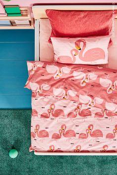 Bedårande, bekvämt och bra för samvetet – RÖRANDE påslakanset är tillverkat av 100 procent hållbart odlad bomull som blir mjukare efter varje tvätt (och har en dragkedja som håller täcket på plats). RÖRANDE Påslakan 1 örngott för spjälsäng, flamingo/rosa, LANGSTED Matta, kort lugg, grön. Modern Bedroom Furniture, Personal Space, Furniture Inspiration, Clean Design, Quilt Cover, No Time For Me, Your Child, Kids Room, Flamingo