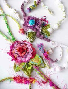 Collane realizzate con tessuti misti: organza, seta, fodera, passamanerie       e filati vari.