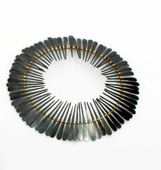 KÄMPFERT-CHUARD Ulrike (née en 1965). « Ombrelle ». Broche frise de pétales de fer oxydé sur un ovale en or. Pièce unique. 2007. Poids brut : 8,2 g ; Diam. : 7,5 x 7 cm. estimation 600-800€ http://photo.auction.fr/e/1/e/kampfert-chuard-ulrike-nee-en-1965-ombrelle-1390300950227205.png