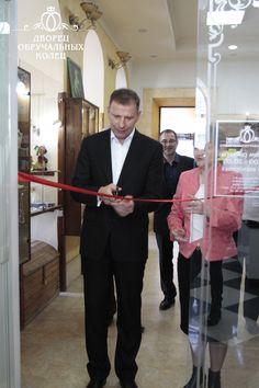 Перерезание красной ленты руководителем. Дворец обручальных колец в Томске