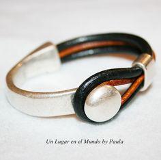 Media pulsera bañada en plata con cuero natural.