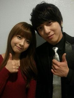 CNBLUE's Yonghwa snaps a picture with rookie artist Juniel