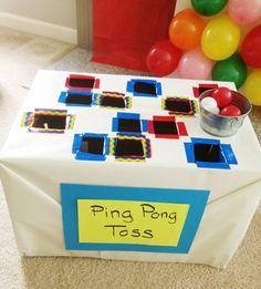 Una versión de cartón patecida a la ranita, esta caja para tirar pelotas de ping pong.
