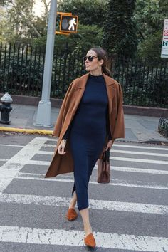 A Timeless Color Combo - Tan coat, navy knit dress and tan mules Timeless Outfits This Autumn Blue Sweater Outfit, Brown Outfit, Winter Pullover Outfits, Winter Coat Outfits, Navy Dress Outfits, Parisian Girl, Colourful Outfits, Fall Fashion Trends, Front Roe