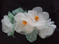 """Accesorio para pelo """"Alba"""". Accesorio para pelo. Flores de tela. Flores blancas. Somebana. Hecho a mano. Boda. Fiesta. Primera comunión."""