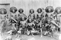 File:COLLECTIE TROPENMUSEUM Een groep jonge mannen te Adaoet op Selaroe Tanimbar-eilanden TMnr 10005723.jpg