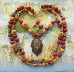 Man könnte sagen, dass diese unglaubliche Halsstück Herzen Afrikas erfasst. Das alte Gesicht, kopiert aus einem gold Maske des Stammes Baule der Elfenbeinküste, ist Messing, mit den lost-Wax-Verfahren hergestellt. Dies ist eine schwierige Technik mit Wachs, Ton und Metall und erfordert viel Geschick. Jedes Stück ist einzigartig, da der Schimmel gebrochen das Metall abgerufen werden muss.  Die alten bunten Glas Millefiori Handel Perlen ursprünglich in Europa in den 1800er und frühen 1900er…