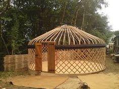 """Yurt. Rund, mobil,självbärande konstruktion. Väggarna byggs som ett dragspel som kan """"vikas"""" ihop. http://en.wikipedia.org/wiki/Yurt"""