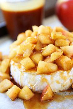 Brie cuit au four aux pommes et à la sauce au caramel