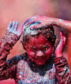 """""""Holi"""", le mythique festival hindou des couleurs qui a lieu chaque année en Inde pour fêter le printemps (voir Holi – Explosion de couleur en slow motion). Cette année encore, le festival """"Holi 2013"""" a recouvert les villes d'une explosion de couleurs magnifique, magique et festive…"""