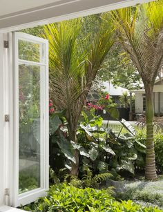 A beautiful planting plan for a tiny front garden - Homes To Love Tropical Landscaping, Front Gardens, Sloped Garden, Home Landscaping, Container Garden Design, Front Garden Design, Small Garden Design, Planting Plan, Garden Planning