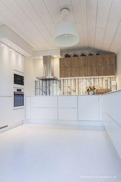 Keittiö iltavalaistuksessa | Saa Kurkistaa - Sisustusblogi Wood Wallpaper, Alcove, Beautiful Things, Scandinavian, Woods, Sweet Home, New Homes, Ceiling Lights, Kitchen