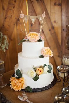 Nice wedding cake- love the rustic cake banner!