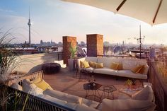 Dachterrasse Berlin Mitte : Classic style balcony, veranda & terrace by loomilux Rooftop Decor, Rooftop Terrace Design, Rooftop Patio, Balcony Design, Terrace Garden, Outdoor Spaces, Outdoor Living, Outdoor Decor, Patio Chico