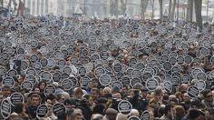 ENERO. El 19 de enero de 2007 el periodista turco-armenio, Hrant Dink, fue tiroteado en Estambul cuando salía de la redacción del diario Agos, que dirigía. Criticar versiones oficiales sobre la matanza de armenios de 1915 o sobre la identidad armenia le costó la vida, pero desde su muerte, cientos de simpatizantes se manifiestan cada año frente a la oficina del periódico para impedir que vuelva a suceder. #libertadexpresion // © REUTERS/Osman Orsal